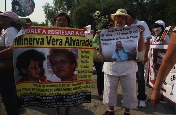 Teresa buscando a su hermana, protestando el 10 de mayo de 2013/Foto: Gabriela Godínez