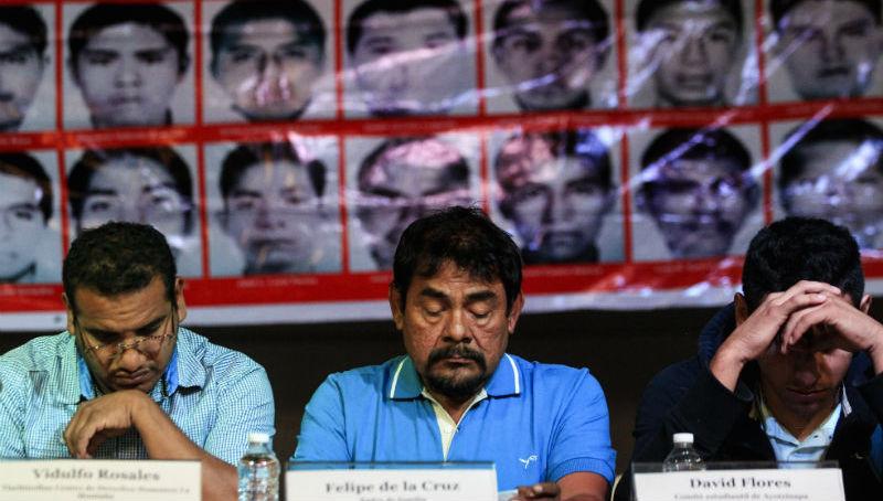 padres_ayotzinapa_conferencia